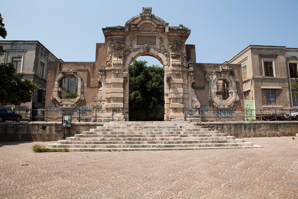 Messina, Piazza Casa Pia, Porta Graziella: la porta barocca è oggetto quotidiano di atti vandalici.
