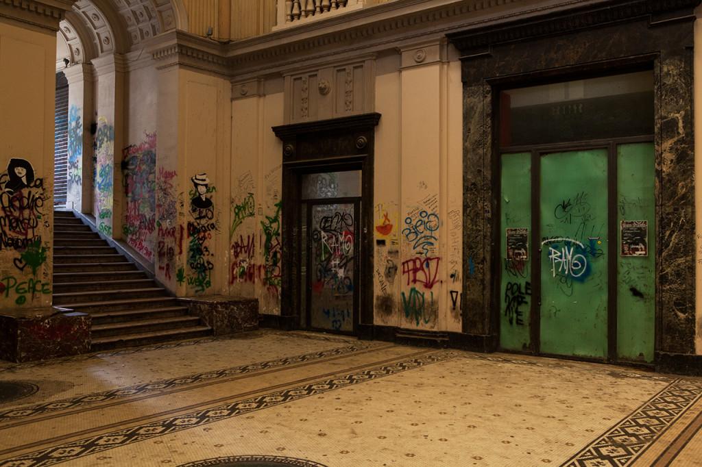 Messina, le scritte deturpano i muri della Galleria Vittorio Emanuele III.