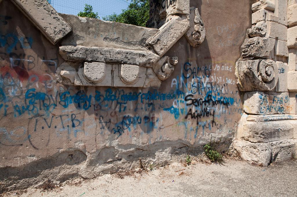 Messina, Piazza Casa Pia, Porta Graziella: scritte vandaliche.
