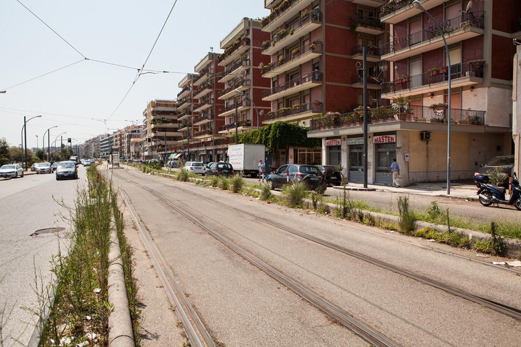 Messina, Linea del tram: sporcizia e abbandono lungo la linea tramviaria.