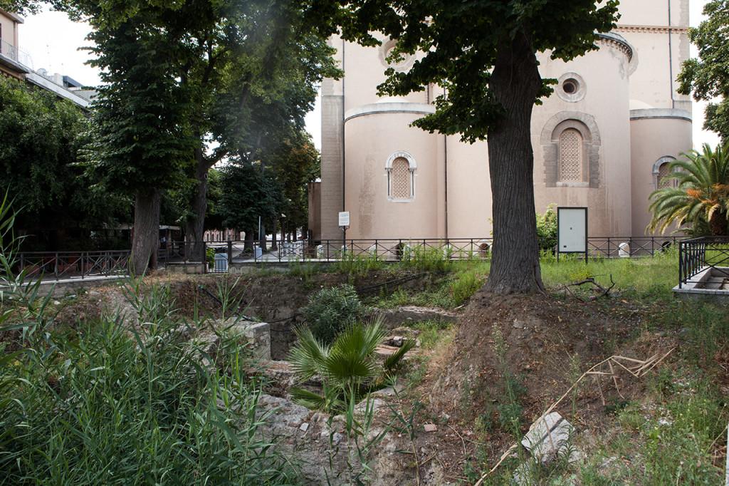 Messina, i resti della chiesa normanna di S. Giacomo alle spalle del duomo cittadino.
