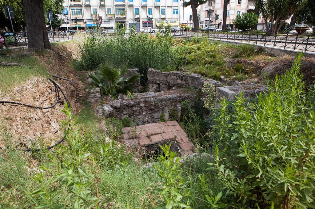 Messina, i resti della chiesa di S. Giacomo invasi dalla vegetazione.