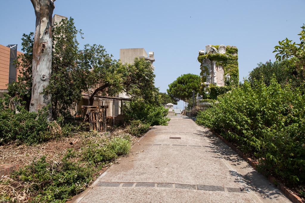 Messina, giardino del museo regionale con i resti architettonici della Messina pre terremoto.