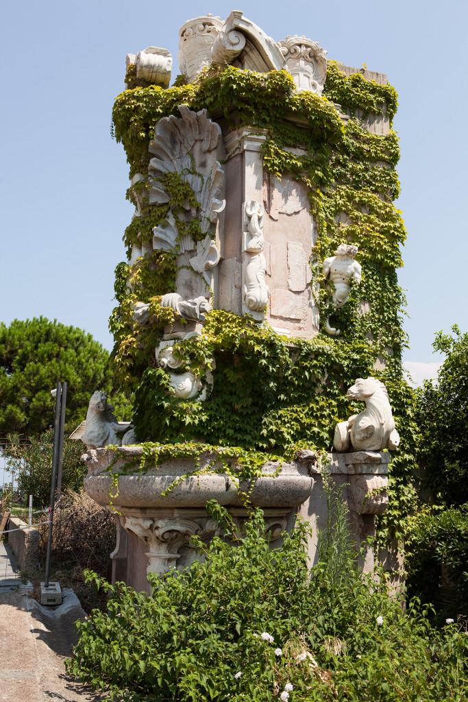 Messina, fontana barocca conservata nel giardino del museo regionale.