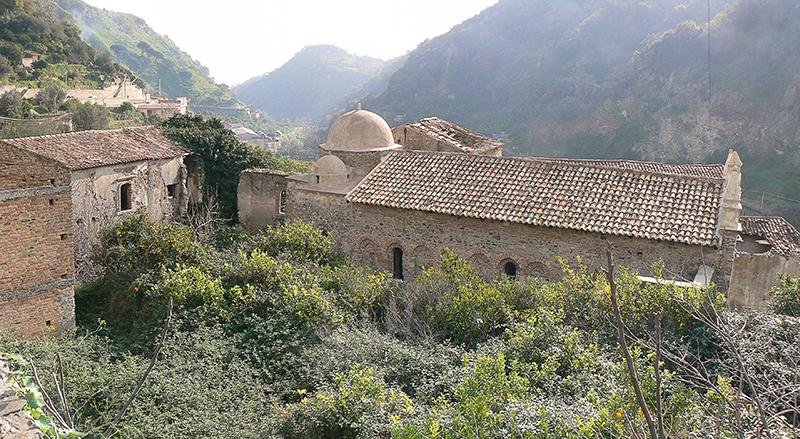 Foto 1- Veduta d'insieme del complesso monastico di Mili S. Pietro.