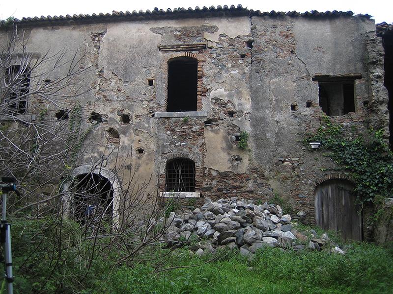 Foto 5- Forte stato di abbandono in cui versa il complesso.
