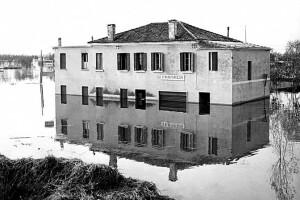 ROVIGO - riproduzione di fotografie che documentano l'alluvione del 1951 in Polesine